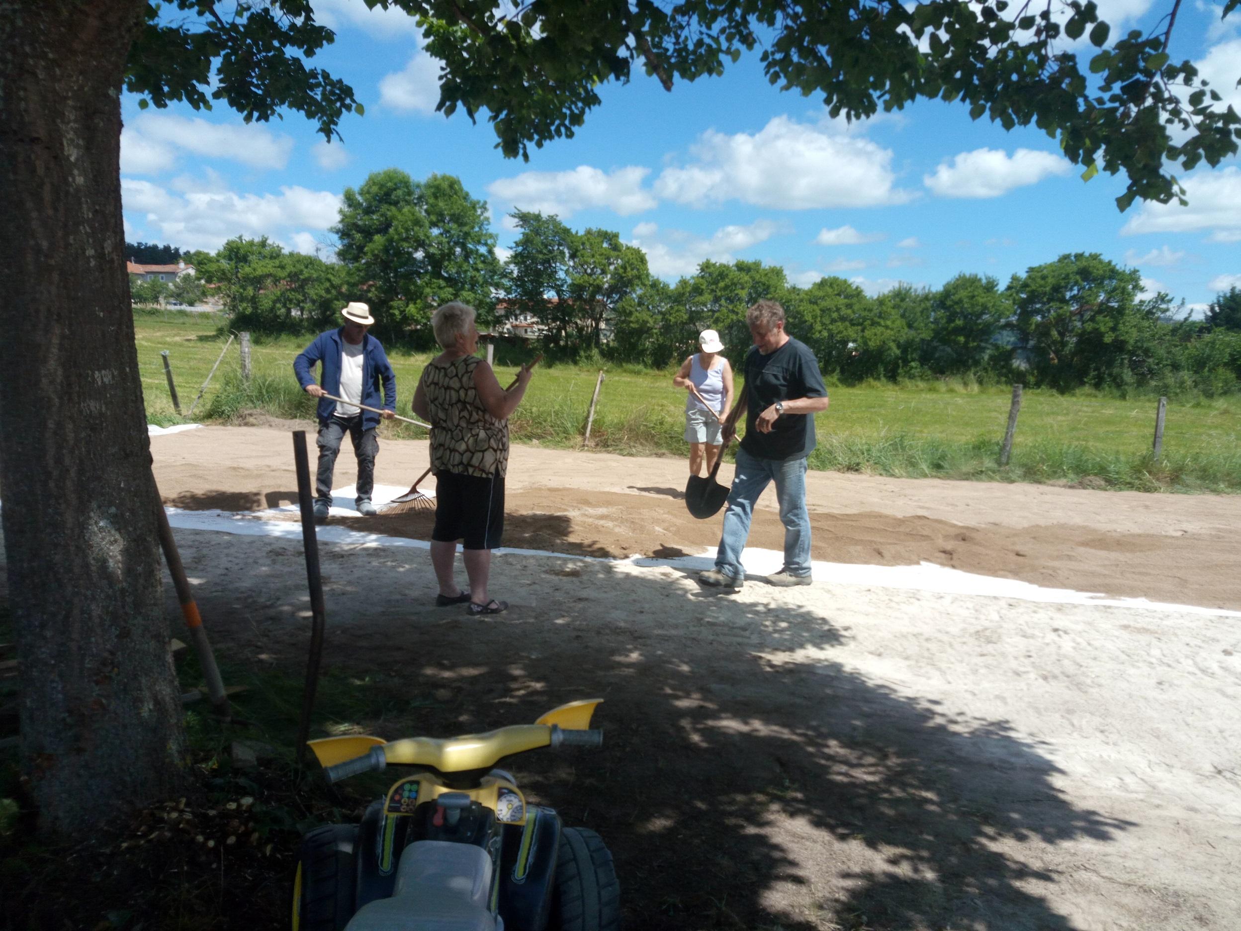 Julien site de la commune de solignac sous roche 43130 - Terrain de petanque dans son jardin ...